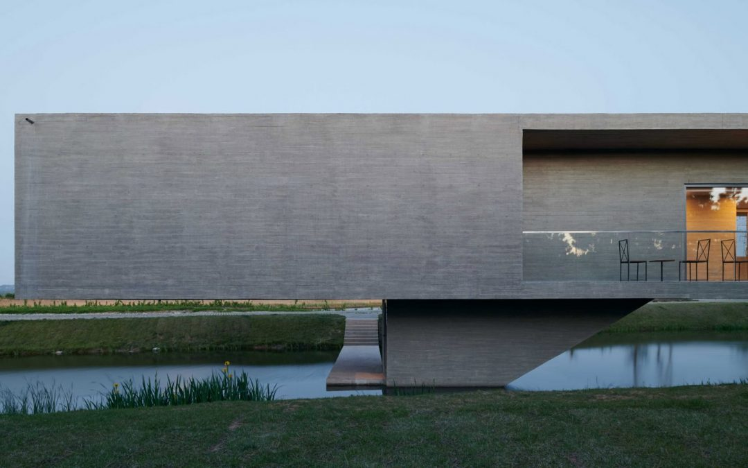 Visitor Centre Occupies thin Concrete Bridge over Wetland Park in China
