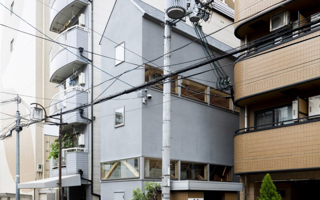 Home and Office Squeezed into Narrow City Plot