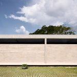 Concrete Colonnade Wraps 54-metre-long House in Bolivia