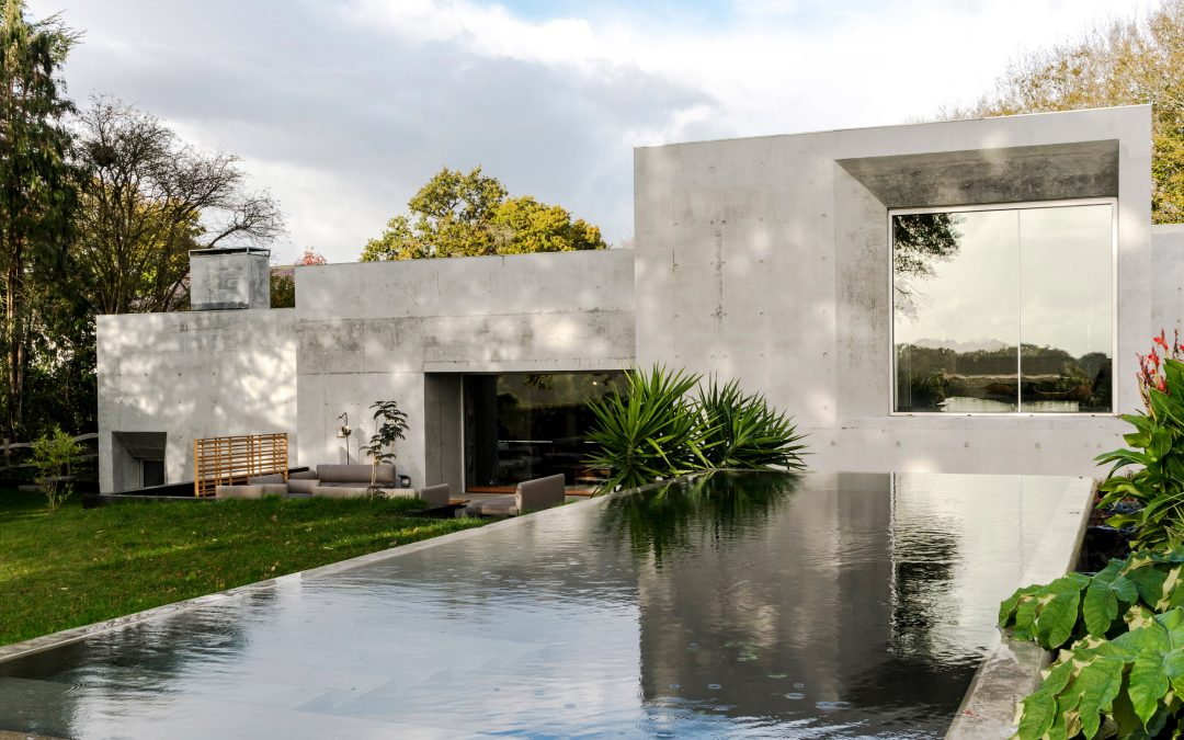Tarry + Perry Captures Monastic Qualities of Concrete House in East Sussex